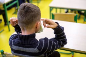 dziecko w szkole w pandemii
