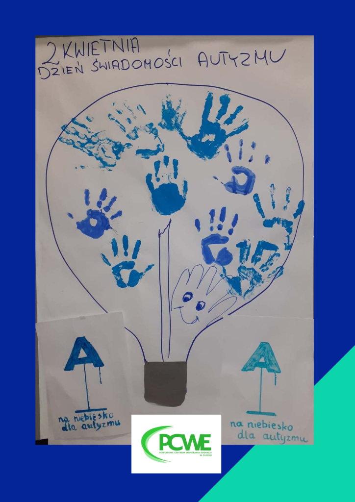 """Plakat przedstawia kontur  żarówki. W środku żarówki znajdują się odciśnięte niebieskie dłonie uczestników zajęć w poradni. Na dole kartki z napisem"""" na niebiesko dla autyzmu"""